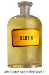 Farbfoto: alte 5 Liter Apothekerflasche mit Benzin