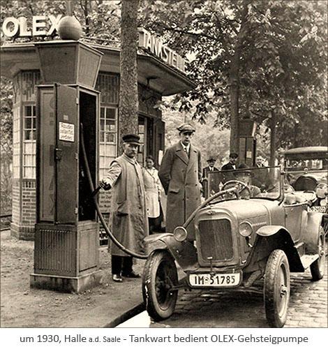 sw Foto: Tankwart bedient OLEX-Gehsteigpumpe ~1930, Halle a.d.Saale
