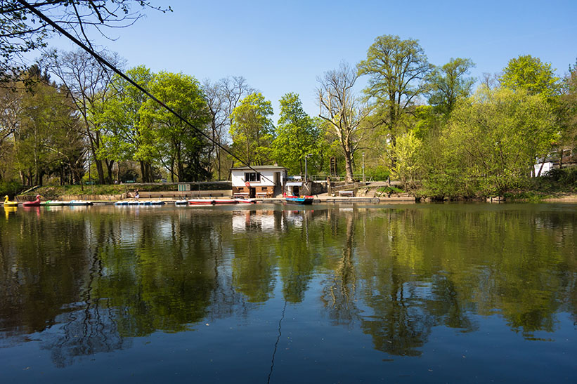Farbfoto: Blick zur Fähranlegestelle auf der anderen Flussseite