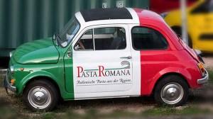 Auto angemalt in italienischer Trikolore mit Nudelreklame