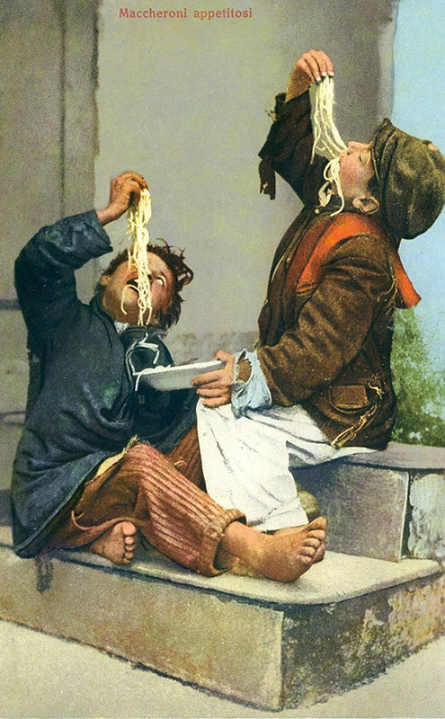 kolorierte Postkarte: zwei jungen essen Nudeln
