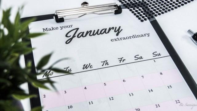 Wandkalender mit Printables zum Gratisdownload. Minimalistisches Kalenderblatt in rosa, grau und schwarz für Januar for free. By Munich Fashion Blog Girl / München Bloggerin Be Sassique