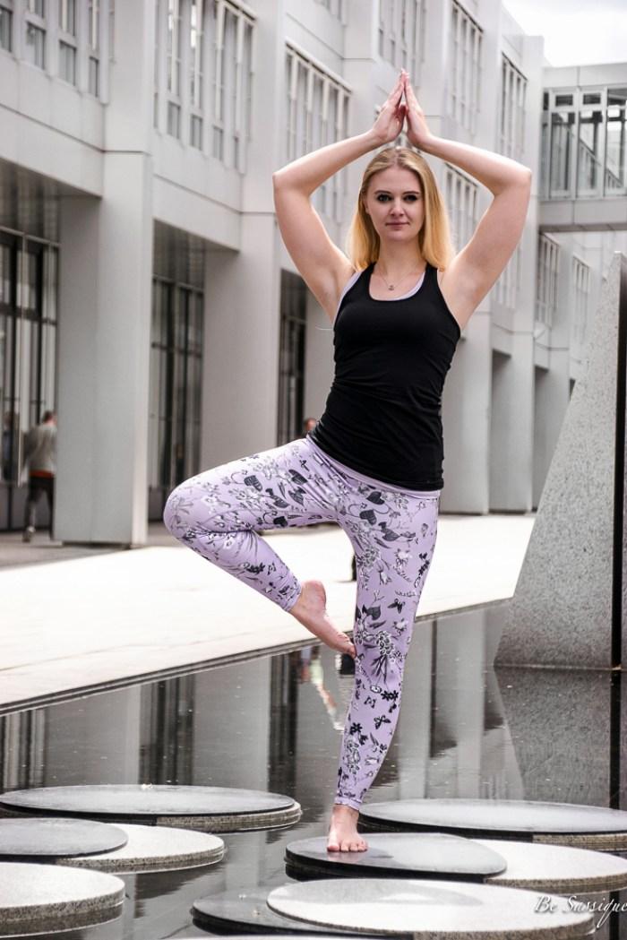 Athleisure – sportlich, stylisch oder wie Activewear alltagstauglich wird. Der neue Modetrend zum Wohlfühlen. Egal ob Sportskanone oder Couchpotatoe, diesen Fashion Trend 2017 kann mit diesen 5 Styling Tipps jeder tragen. Outfit: lila Yoga Pants mit Blumenprinz, silber Regenjacke