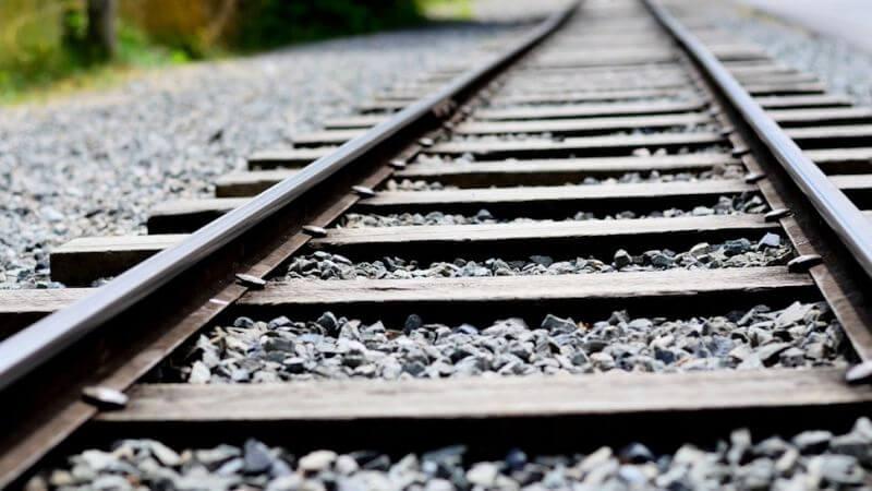 لماذا يوجد حصى وحجارة صغيرة أسفل مسارات القطارات ؟