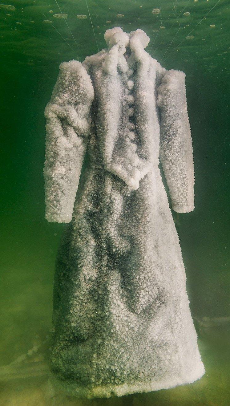 ماذا قد يحصل لفستان تم تركه لعامين في البحر الميت؟