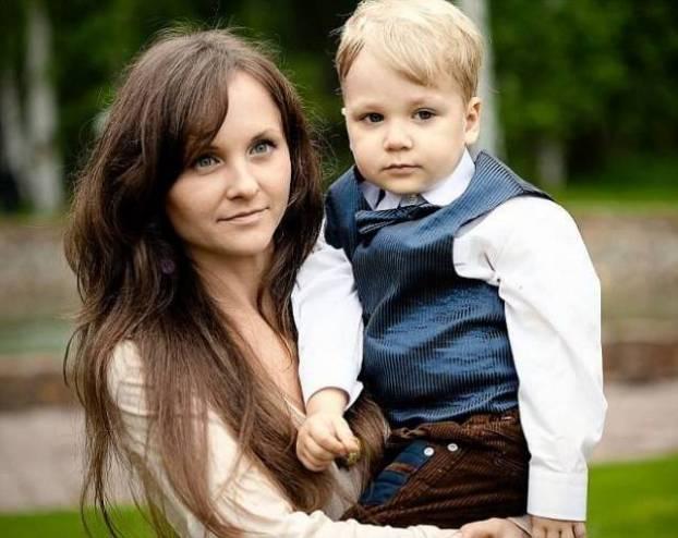 لسبب أغرب من الخيال…رمت بنفسها من الشقة وهي تحمل ابنها بين ذراعيها!