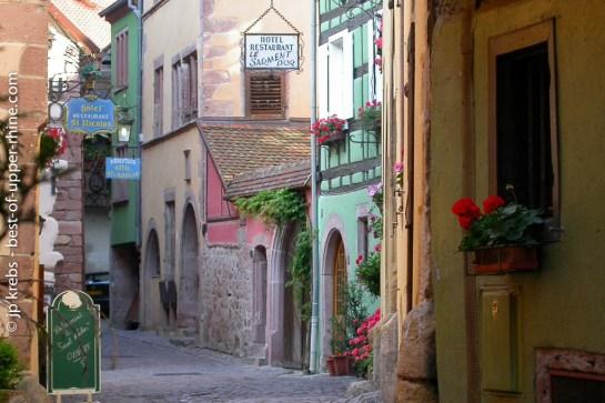 Le Sarmen d'Or restaurant is hidden some 50 meters off the main street in Riquewihr