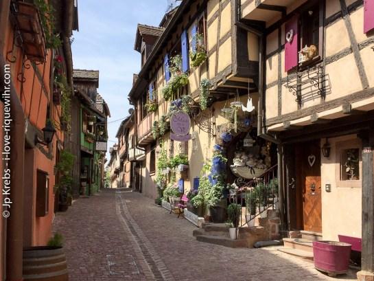 The narrow Rue des Remparts in Riquewihr.
