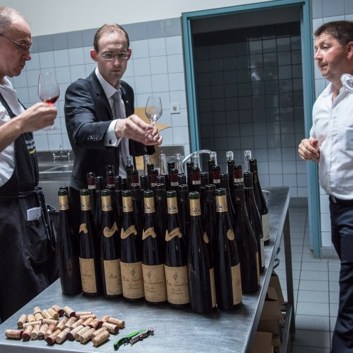 Preparation of the wines to taste: Romain Iltis with Pierre Gassmann and Etienne Sipp check each bottle ...