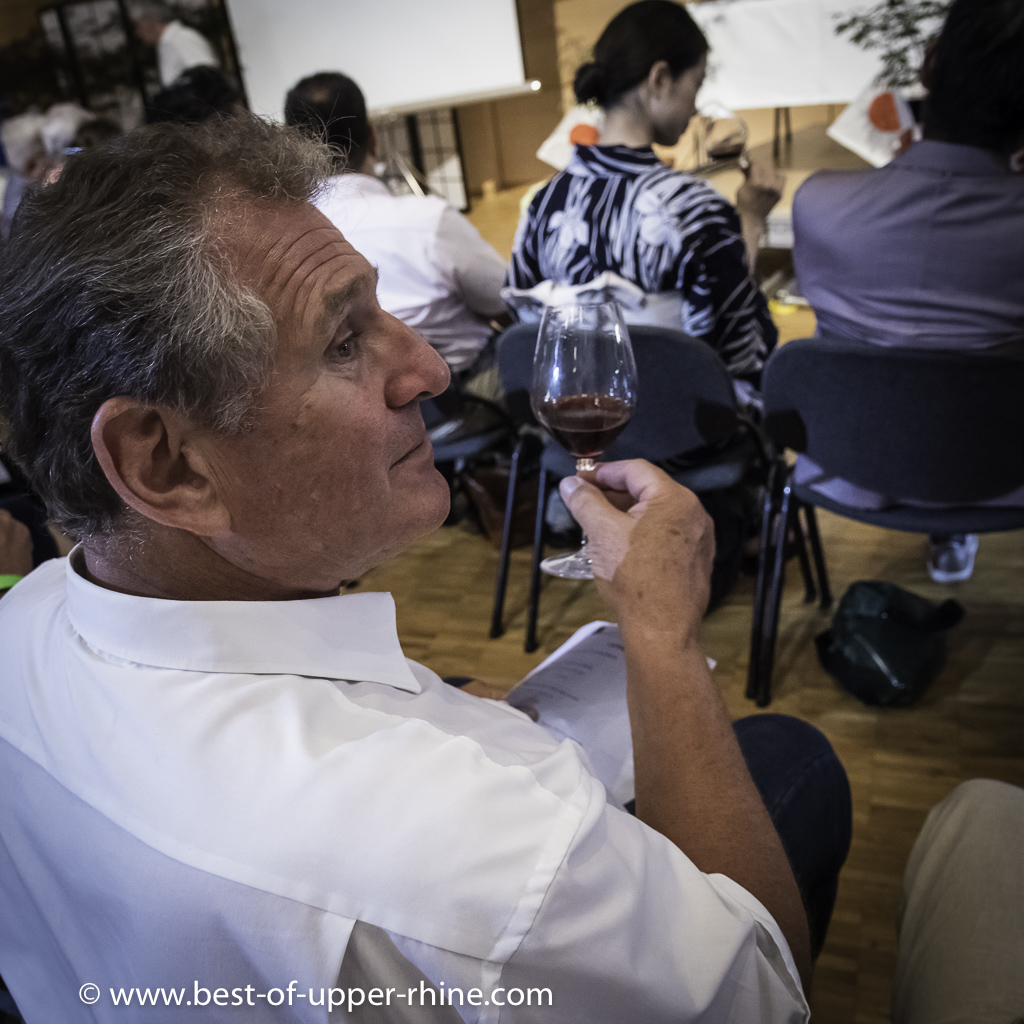 The winegrowers whose wines were present at the festival were on all fronts, delighted to make taste and comment on their wines. Jean-Jacques Sipp of the Domaine Jean Sipp analyzes a Pinot Noir ...
