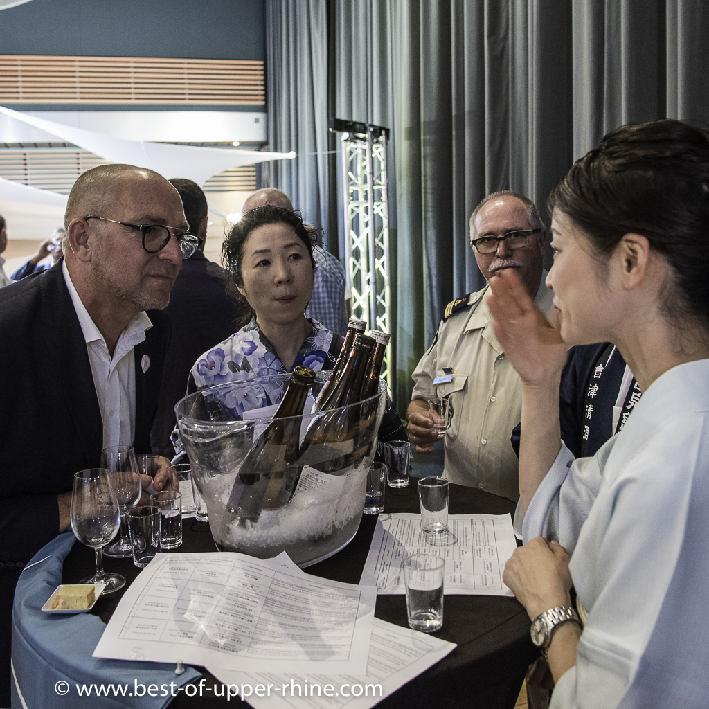 The Japanese sake deploys a charming offensive to which Jean-Paul Schmitt, winemaker at Scherwiller, is very attentive.