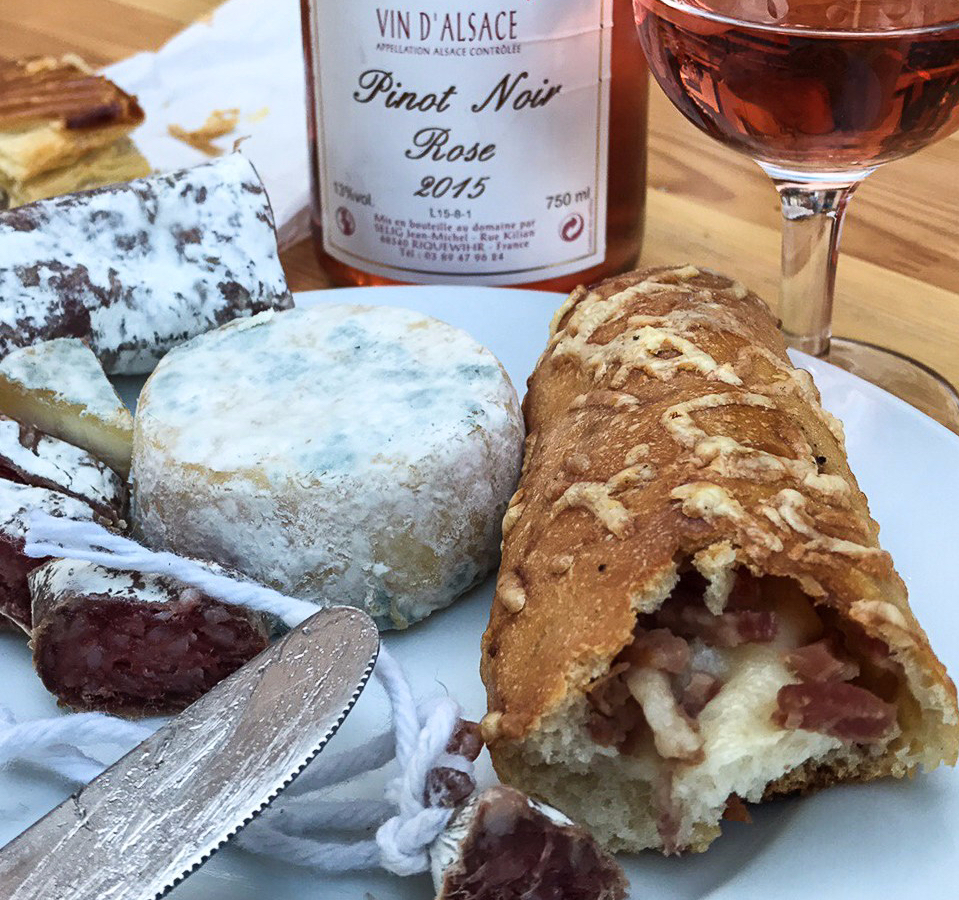 Tuesdays of the summer in Riquewihr: cheeses, good bread with bacon, sausage and pinot noir rosé of the village. Here is the aperitif!