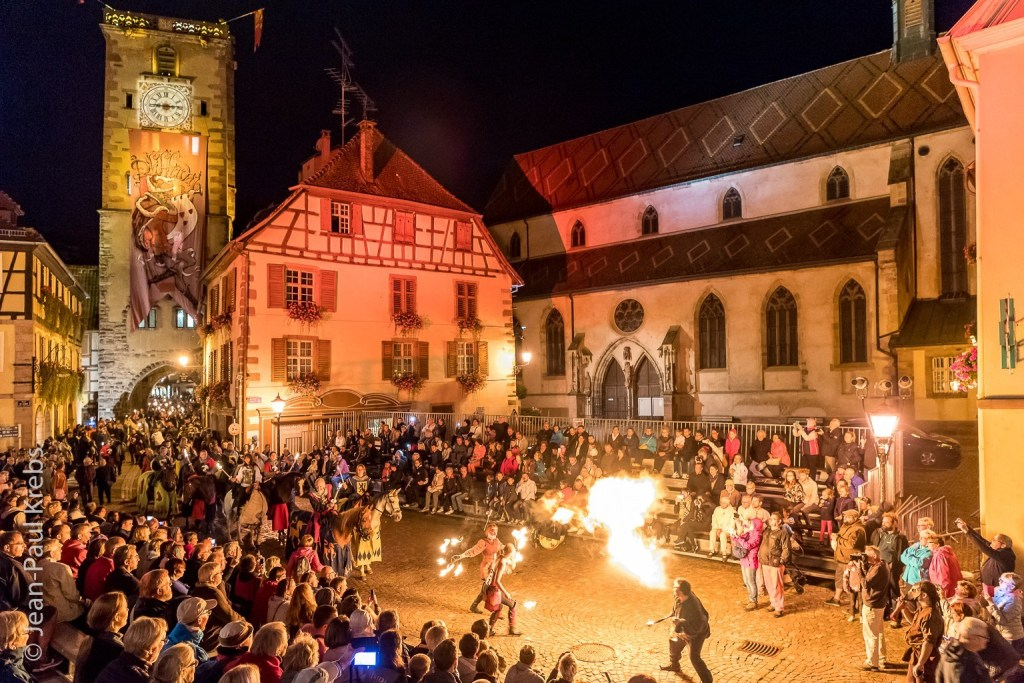Pfifferdaj de Ribeauvillé: during a nocturnal parade, fire-eaters and minstrels show their art to the Lord of Ribeaupierre.