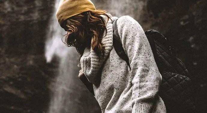woman wearing an anello bag