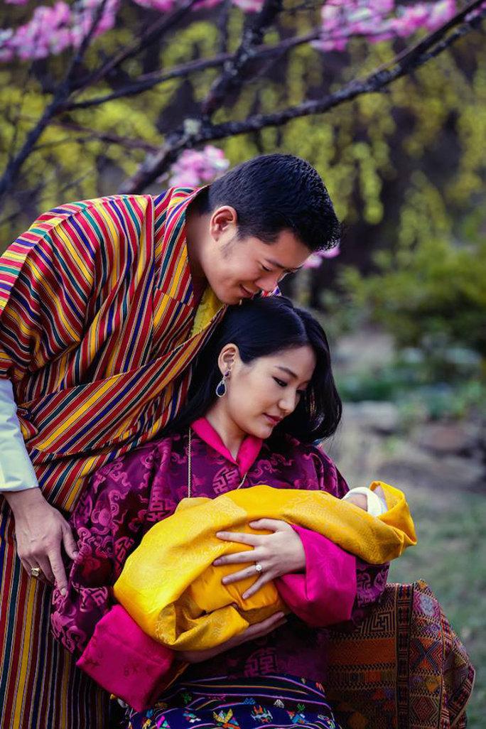 Hình ảnh Đức Vua, Hoàng Hậu và Hoàng Tử Bhutan