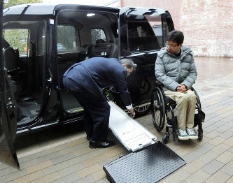 """A driver paces an easier-to-install wheelchair ramp on an improved model of """"JPN Taxi"""" taxicab in Nagoya's Nishi Ward in central Japan on Jan. 31, 2019. (Mainichi/Yoshinori Ogura)"""