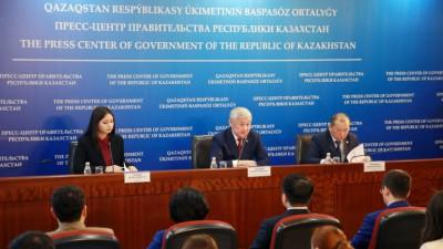 Kazakh Deputy Minister Berdibek Saparbayev (C), Kazakh Minister of Labour and Social Protection Birzhan Nurymbetov (R). Photo credit: Kazakh Prime Minister press service.