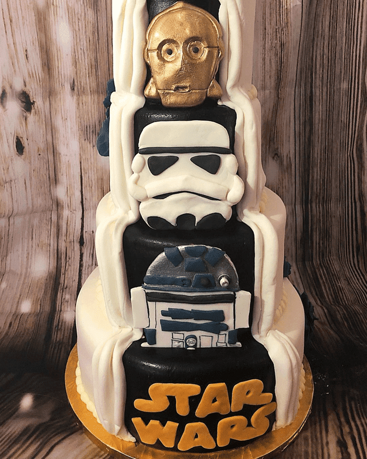 Admirable C-3PO Cake Design