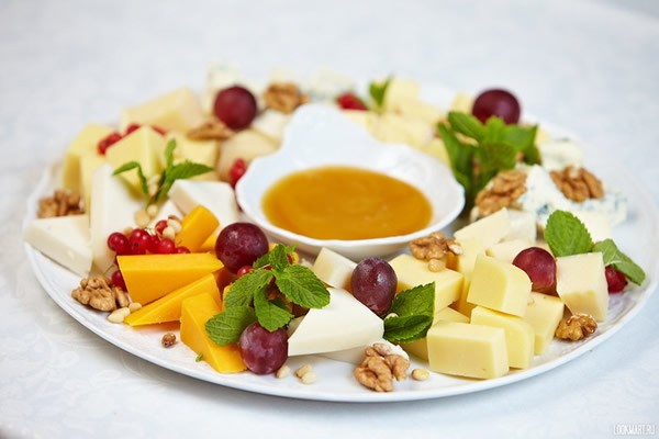 Cheese plate with berries and nuts #cheeseplate #cheeseslicer