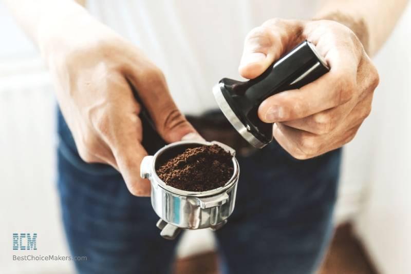 Tamping espresso ground using tamper