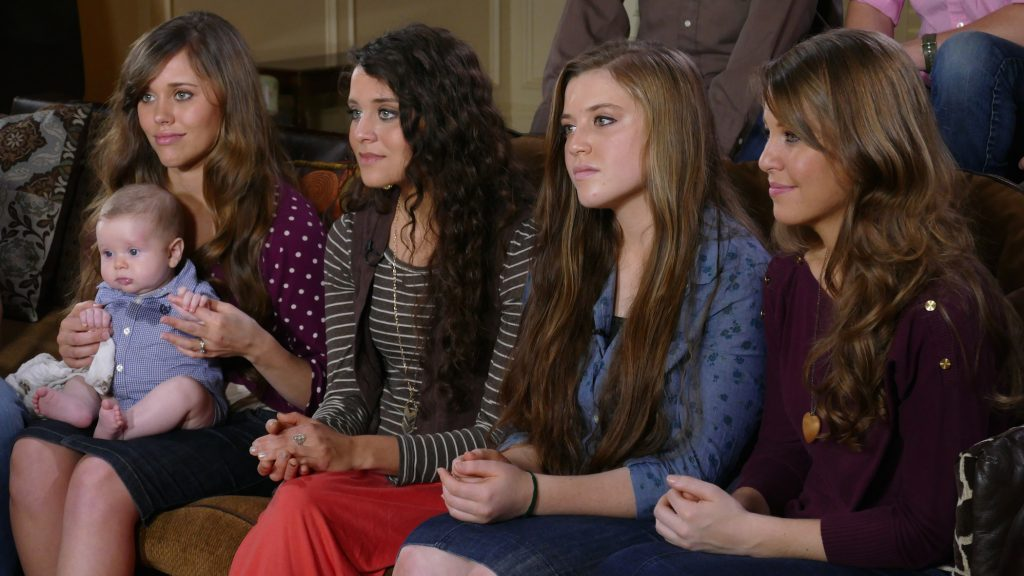 Jessa, Jinger, Joy-Anna et Jana Duggar assis sur un canapé pour une interview
