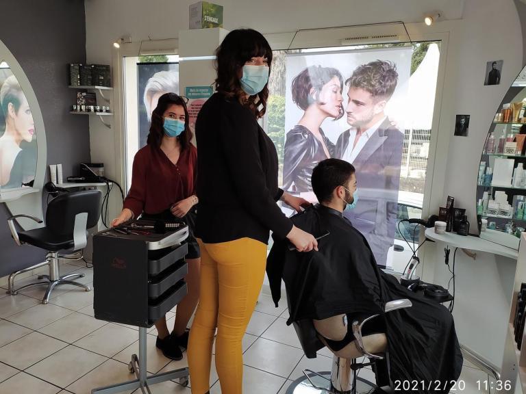 Sabrina Duhamel, responsable au Salon Sabrina de Prayssac dans le Lot, Clémence en BP Coiffure et Jacques, étudiant à Agen.