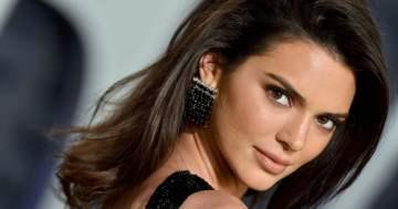 Voir la manucure française Tortoise de Kendall Jenner