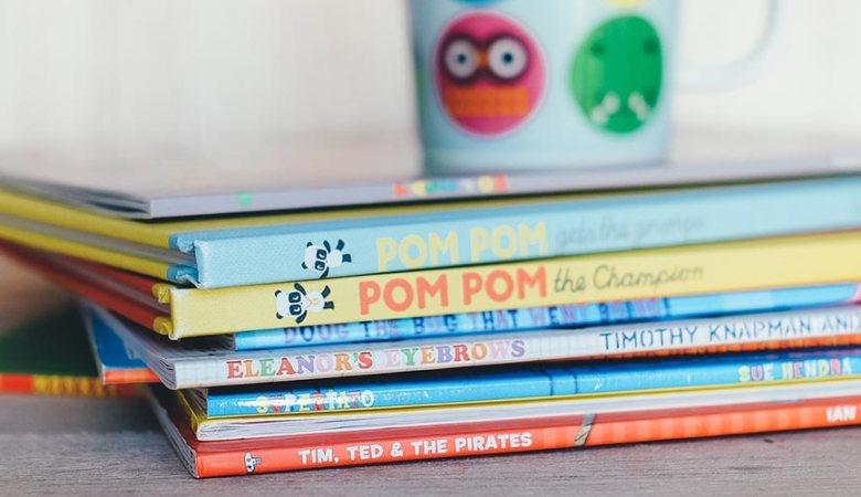 lesen | Bücher für Kinder auf einem Stapel