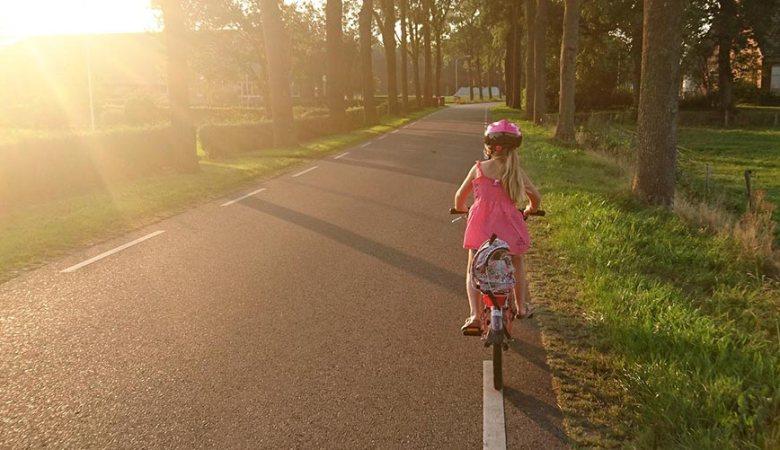 Mädchen fährt Fahrrad