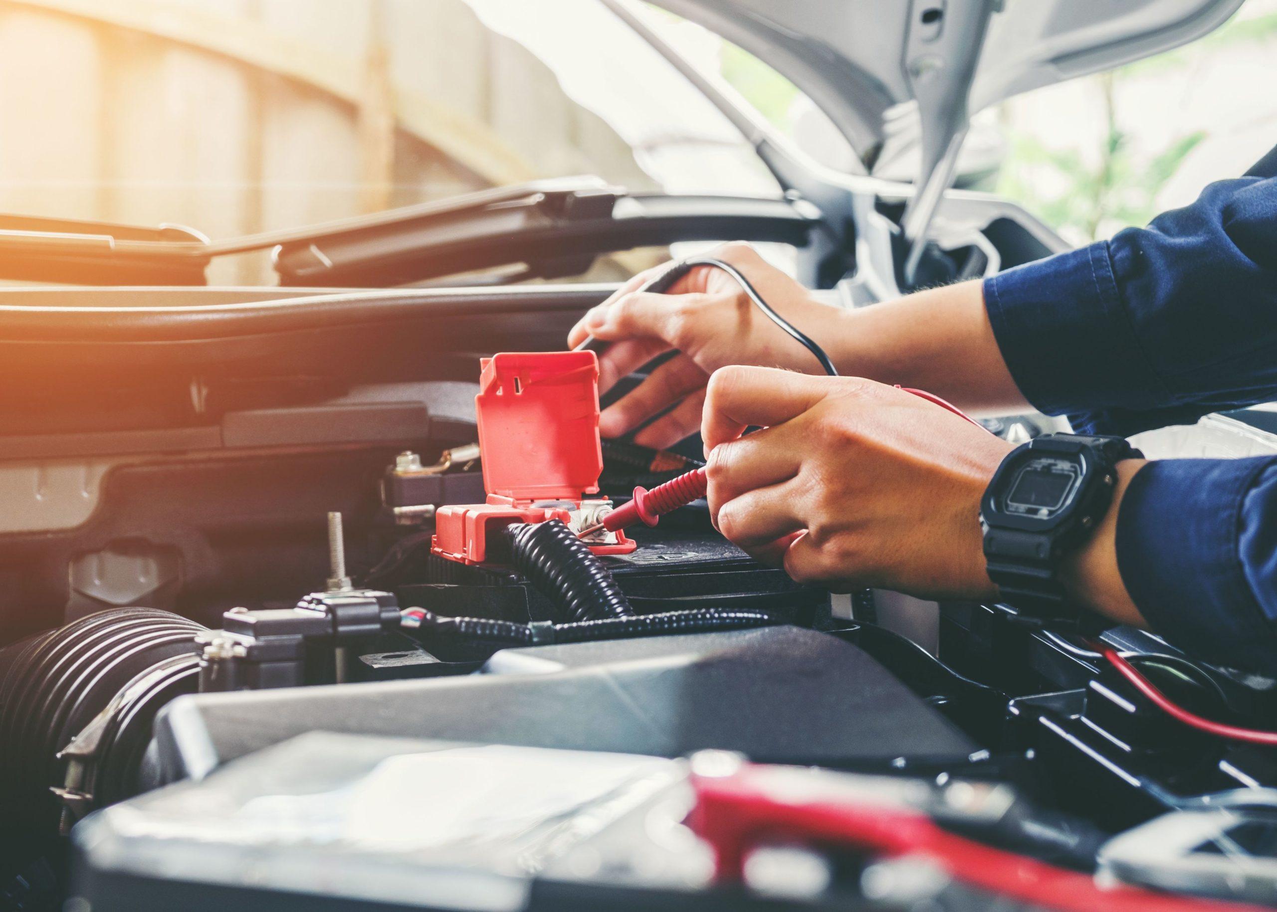 mains de mécanicien spécialiste Bmw, Mini, vente voiture, dépôt-vente, réparation, garage, Rambouillet, Saint-Arnoult-en-Yvelines, BestenMotor, Nicolas goddard