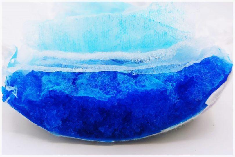 Moltex pure & Nature Ökowindel Gr 6 im Test, Saugkörper Querschnitt, blau eingefärbter Superabsorber