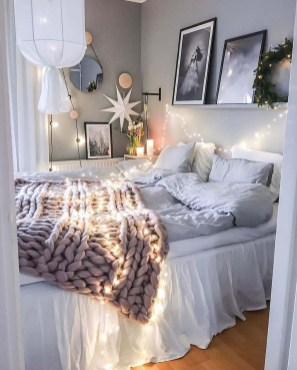 Amazing Winter Bedroom Decorating Ideas For Your Comfortable Sleep18