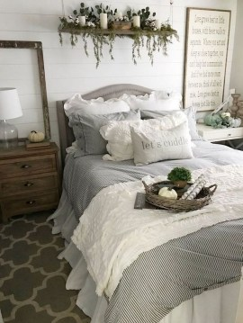 Amazing Winter Bedroom Decorating Ideas For Your Comfortable Sleep25