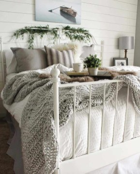Amazing Winter Bedroom Decorating Ideas For Your Comfortable Sleep27