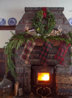 Marvelous Rustic Christmas Fireplace Mantel Decorating Ideas18