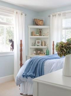 Impressive Coastal Bedroom Decorating Ideas19