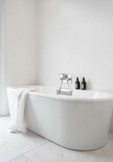 Minimalist Bathroom Bathtub Remodel Ideas31