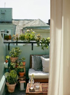 Cozy And Beautiful Green Balcony Ideas11