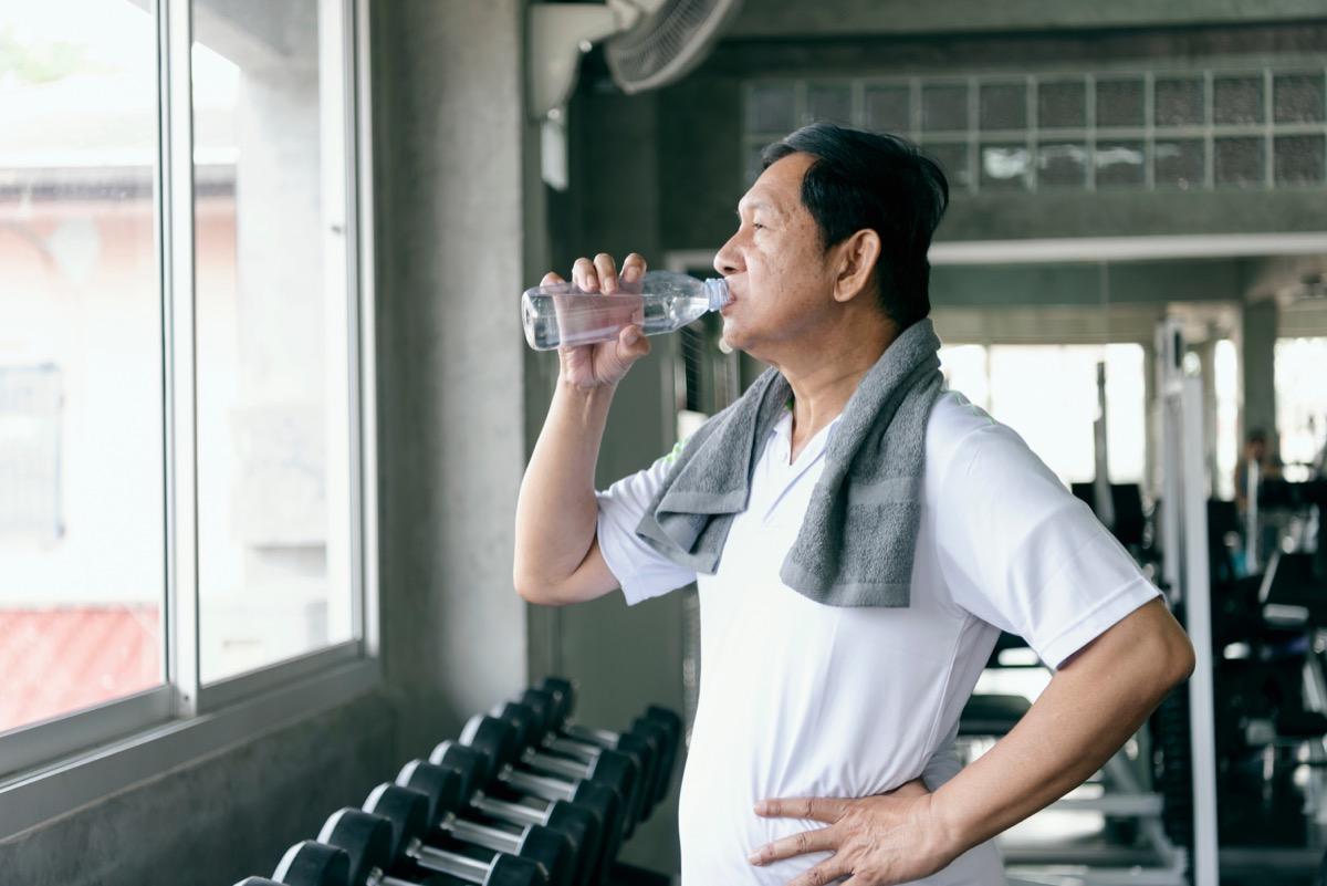 anciano bebiendo agua después de hacer ejercicio, formas de sentirse increíble
