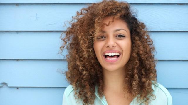 feliz mujer negra afuera, maneras de sentirse increíble