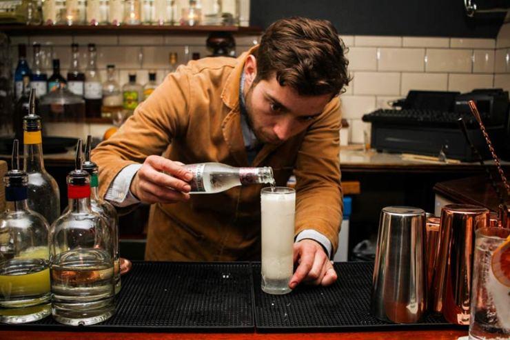bristol gin bar pour