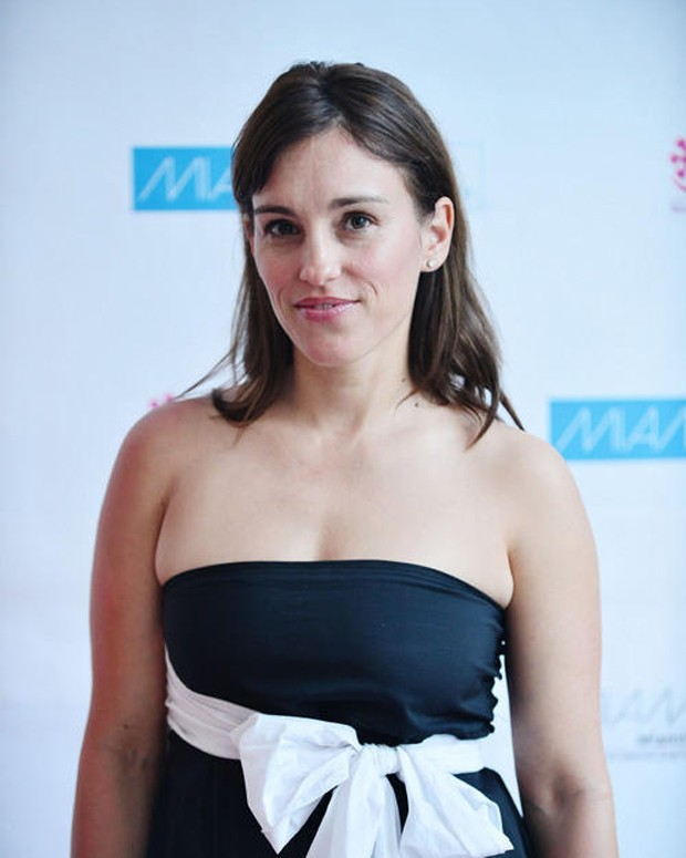 Amy Jo Johnson Braless