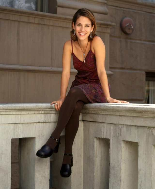 Amy Jo Johnson Sexy Legs