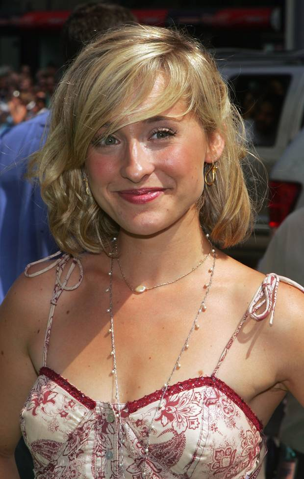 allison mack cleavage