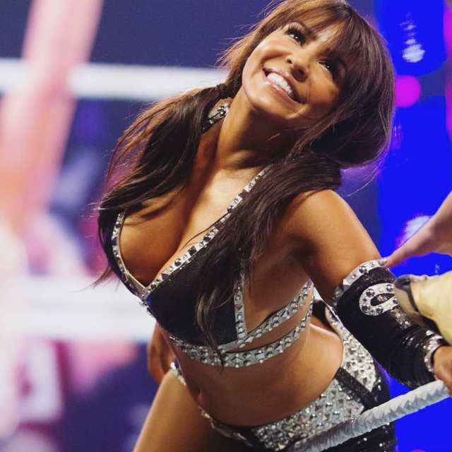Layla Sexy Cleavage Show