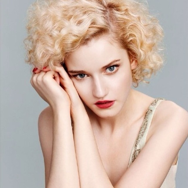 julia garner hot body