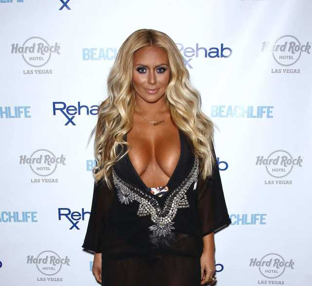Aubrey O'day sexy clevage pic