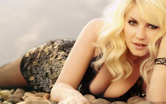 Elisha Cuthbert awesome cleavage pic