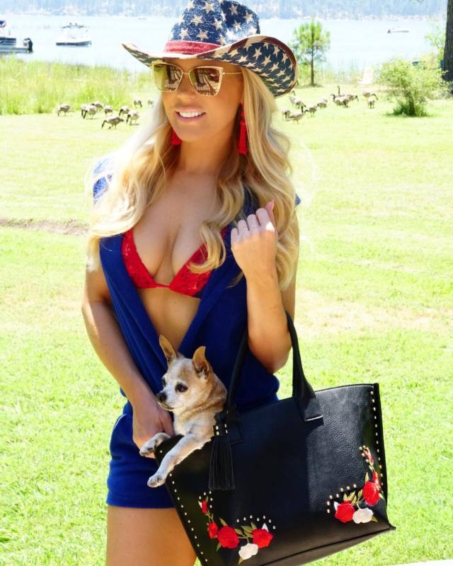 GRETCHEN ROSSI hot cleavages pic