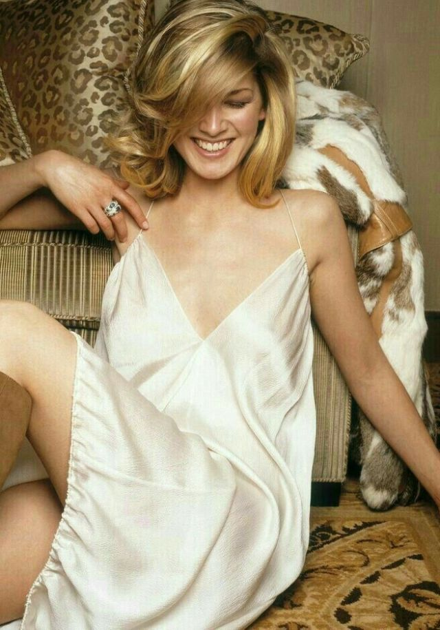 Rosamund Pike hot pictures